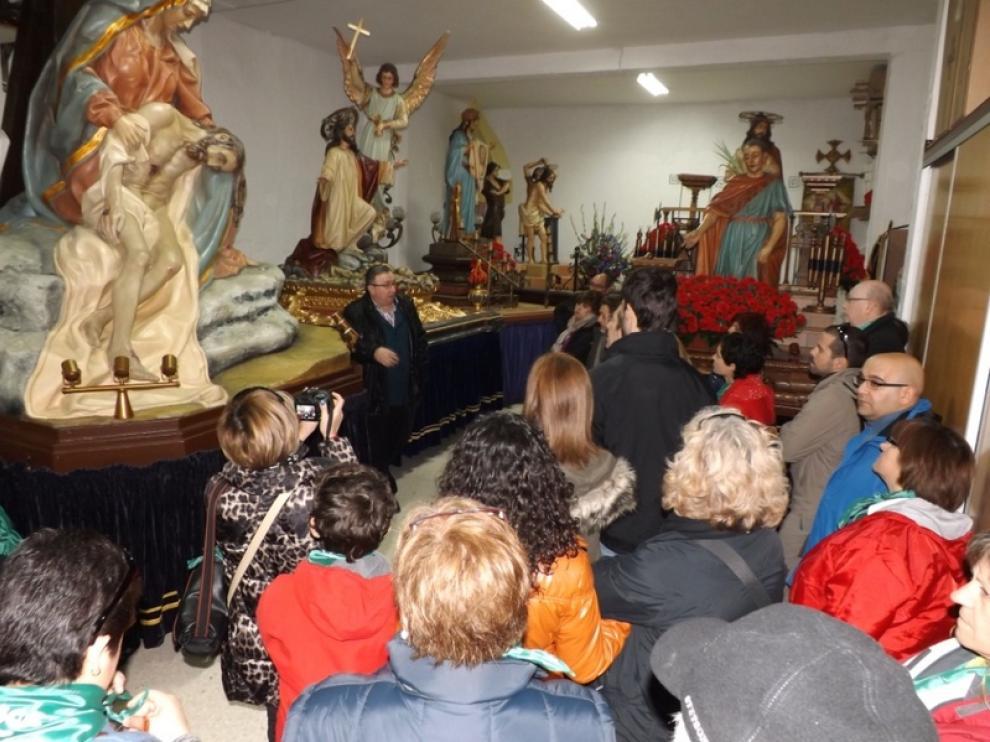 José Luis Gómez, en el centro, explicando los pasos a los turistas