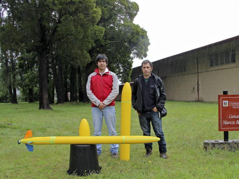 José Vicente Busquets y Ricardo Manzoliz con prototipos de un vehículo submarino no tripulado