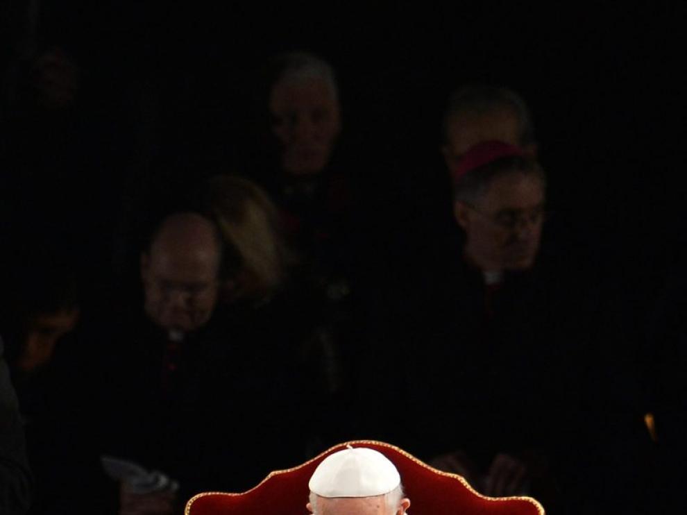 El Papa rezando ante el Coliseo de Roma