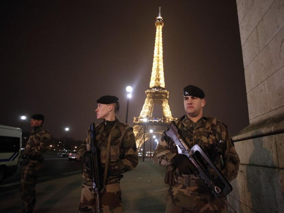 Foto de archivo de militares franceses vigilando la zona de la torre Eiffel.