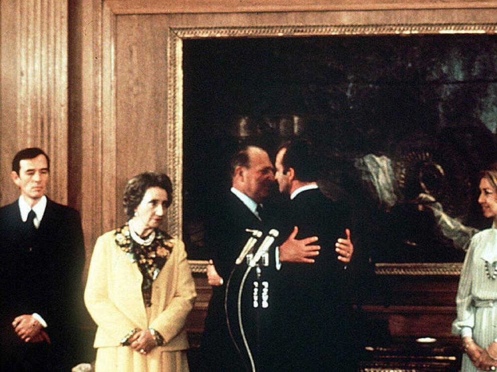 Momento en el que Don Juan cedió los derechos dinásticos a Don Juan Carlos en 1977