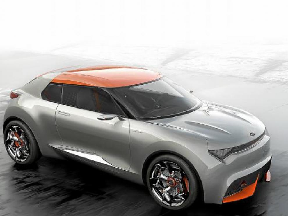 Los relieves en naranja contrastan con la carrocería grisácea, dando ese toque estético de competición
