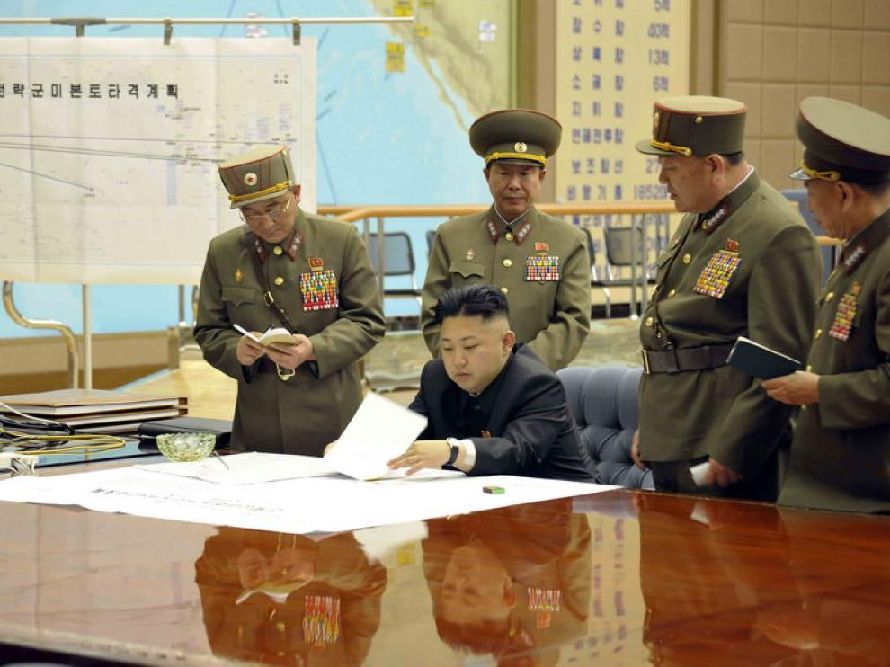 El líder de Corea del Norte, Kim Jong-un, sentado