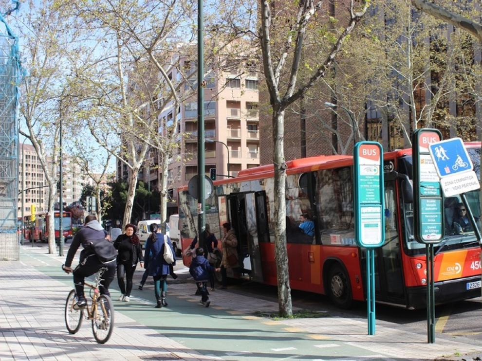 La subida y bajada de pasajeros a los autobuses obligan a los ciclistas a salirse del carril