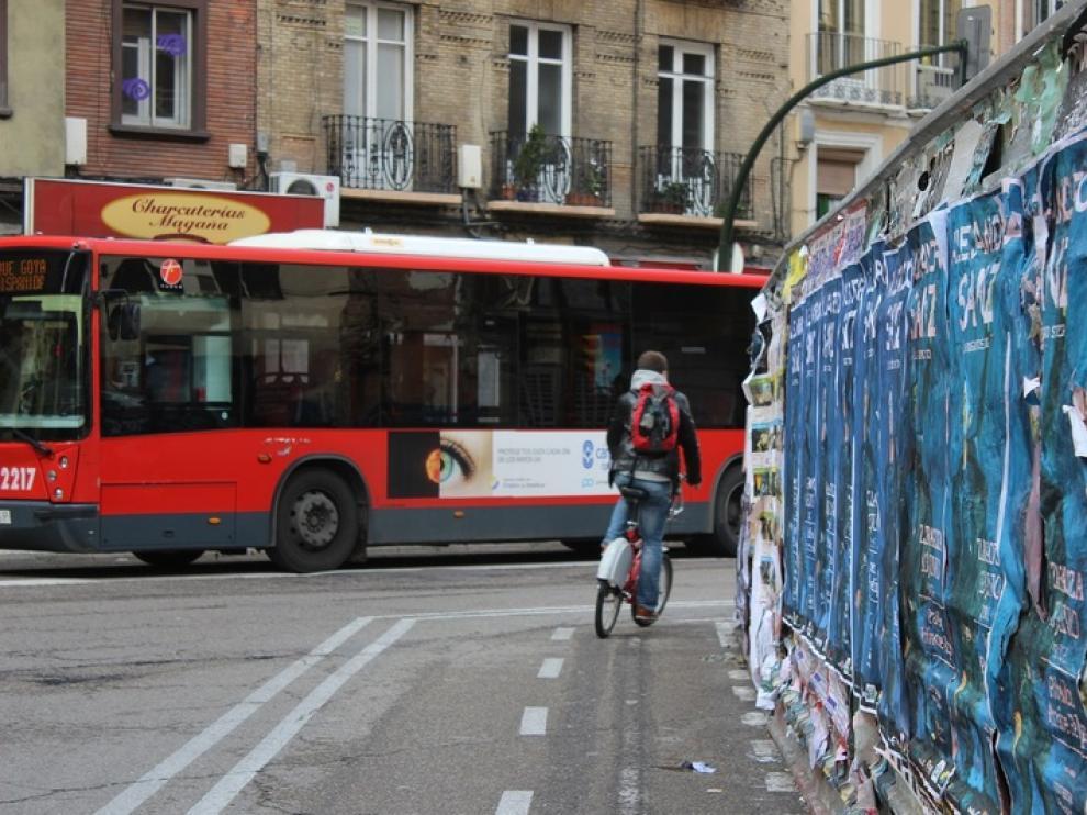Las vallas del Coso impiden obligan a girar al ciclista con visibilidad nula