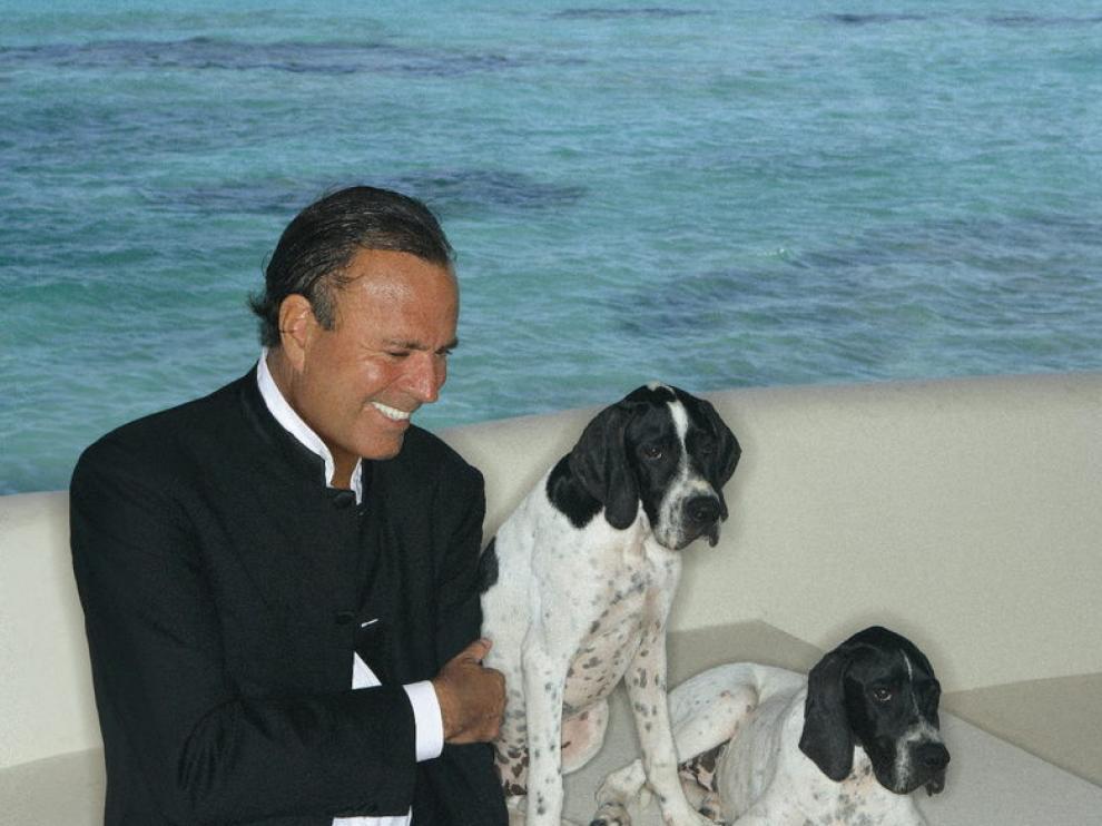 Julio Iglesias posa con sus perros en Miami