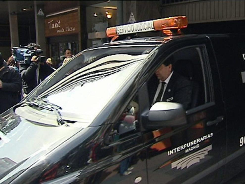 Un vehículo funerario traslada el féretro con los restos mortales de Sara Montiel.