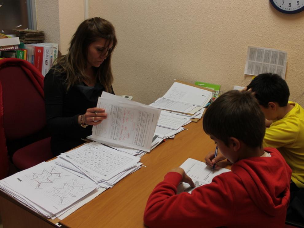Ímagen de archivo de dos niños con TDA-H realizando ejercicios para focalizar la atención en la asociación aragonesa AATEDA.
