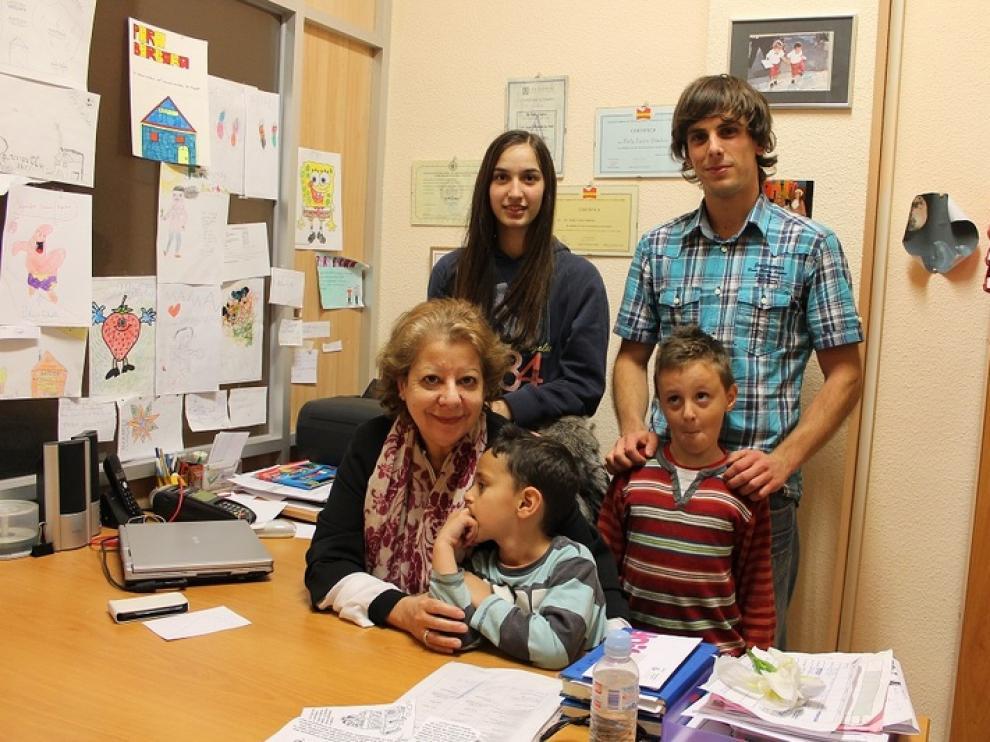 Bárbasa Sánchez, con sus hija, sus dos nietos y un voluntario, en el despacho de la Asociación AATEDA.