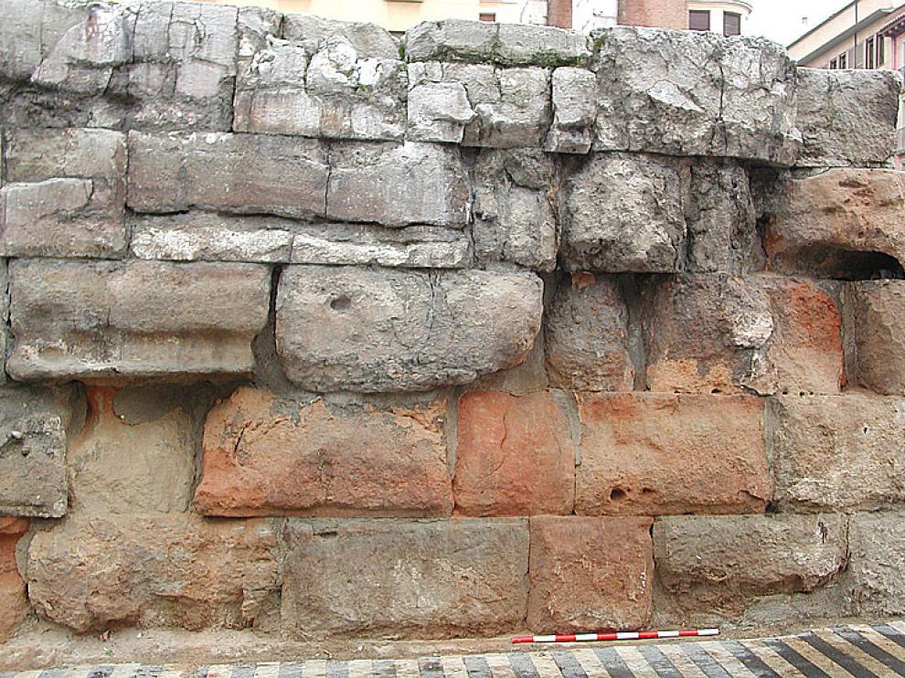 Los daños se reflejan en los sillares de la hilada superior de la muralla.