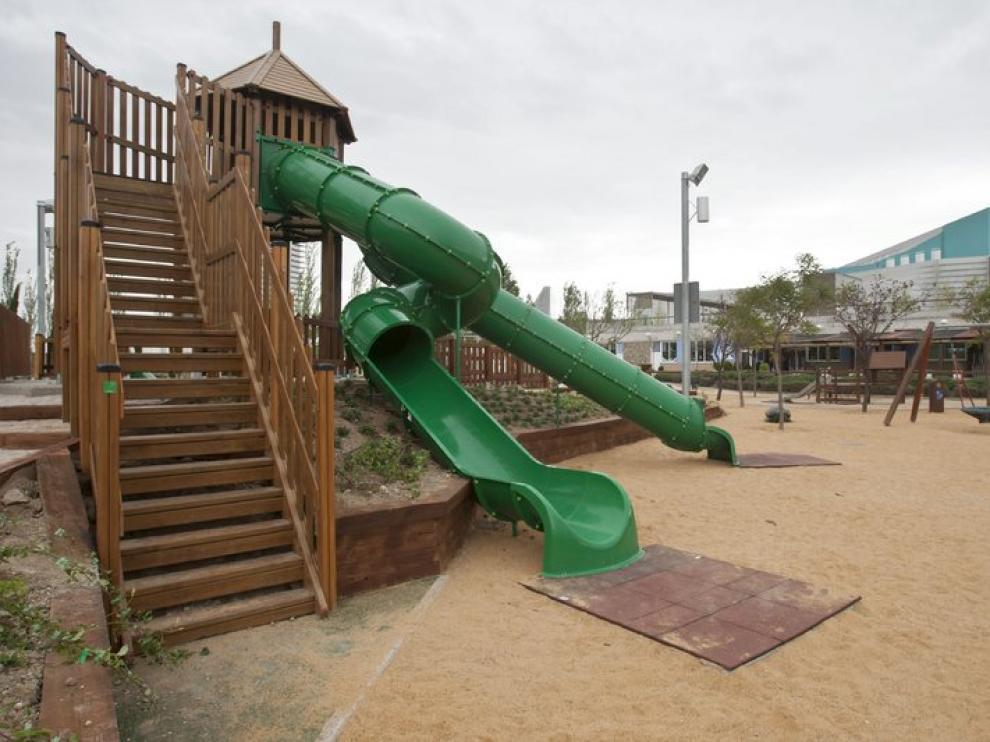 El alcalde de Zaragoza, Juan Alberto Belloch, ha inaugurado este viernes una zona infantil en el Parque del Agua.