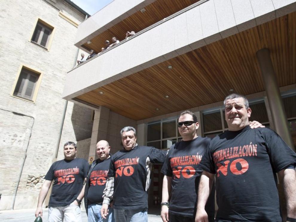 Trabajadores de Casting Ros, ante las puertas del SAMA en Zaragoza