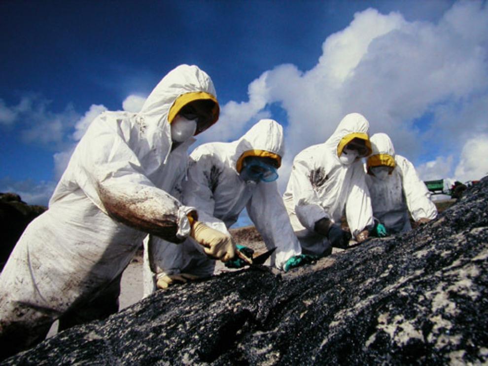 Voluntarios aragoneses durante las labores de limpieza en Galicia, en 2003