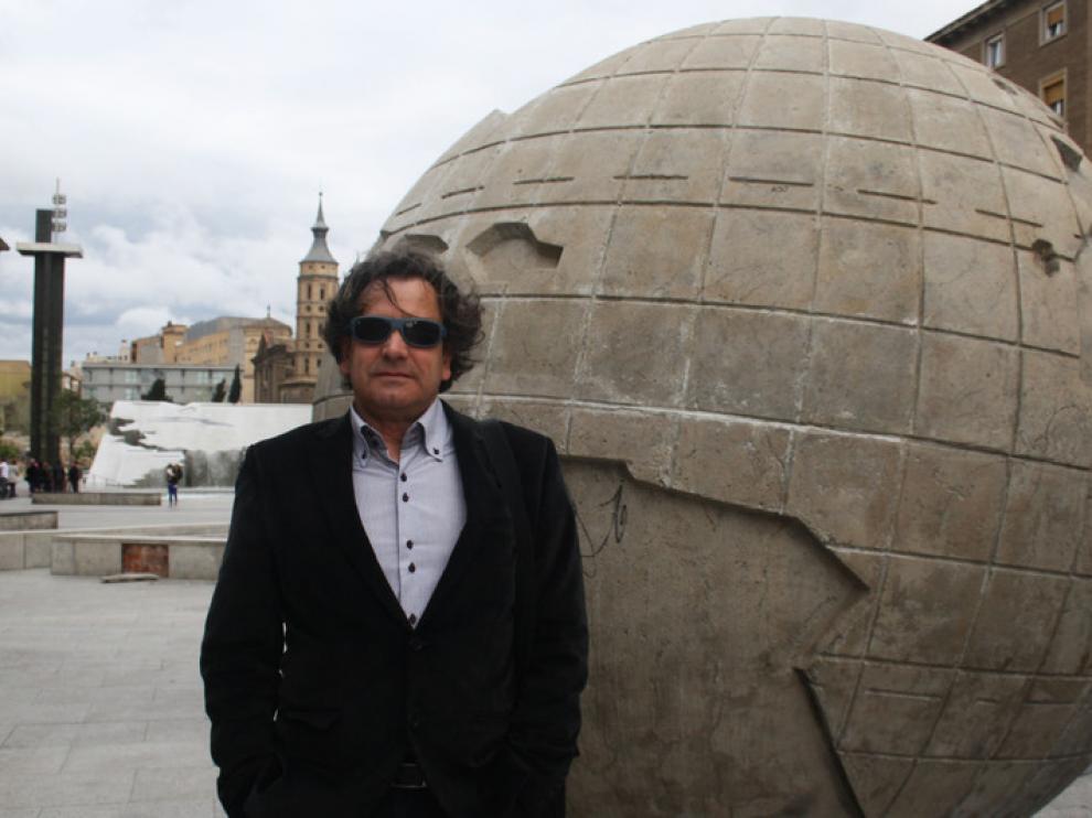 Mariano Domingo junto a la bola del mundo