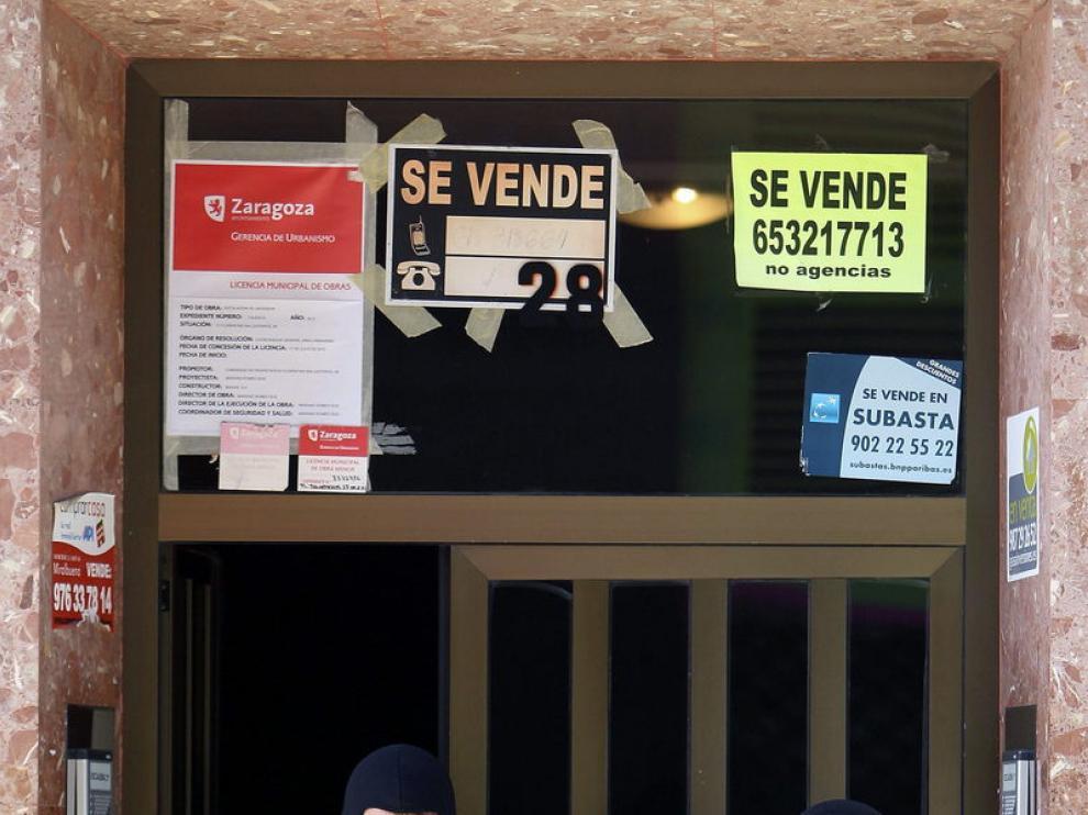 Agentes de la Policía, en el domicilio del detenido en Zaragoza. Efe