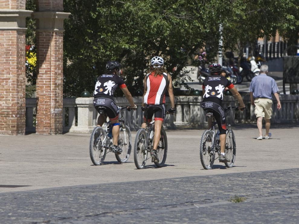 Ciclistas con casco en Zaragoza