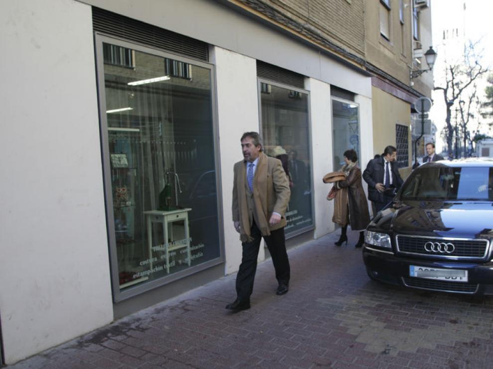 Juan Alberto Belloch, en su etapa de alcalde, junto a un Audi adscrito a la Alcaldía.