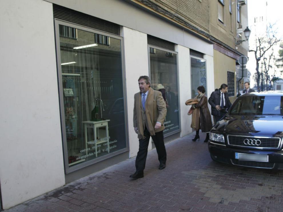 Juan Alberto Belloch bajando de su coche oficial