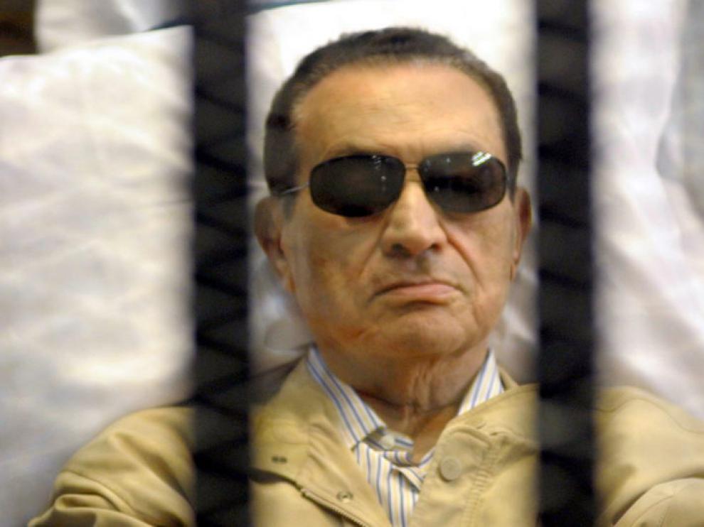 Hosni Mubarak ha seguido la sesión desde una camilla y con gafas de sol
