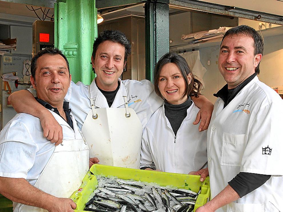 El equipo de pescaderías José Luis, con las anchoas.