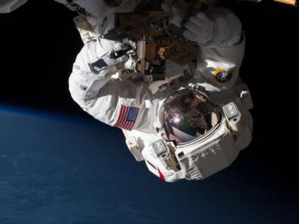 Astronauta reparando una estación espacial