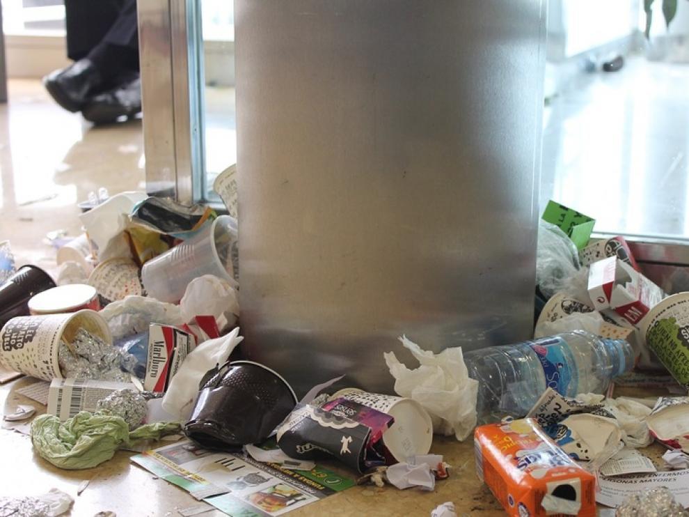 El hospital Miguel Servet de Zaragoza en el cuarto día de huelga de limpieza