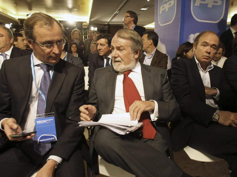 En el medio, Jaime Mayor Oreja (Archivo)