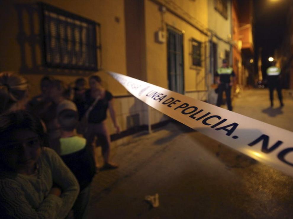 Cordón policial cerca del domicilio de Algeciras donde fueron hallados los cuerpos