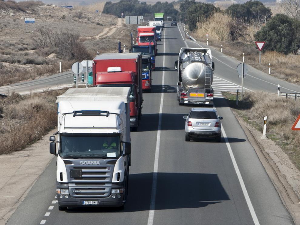 Varios camiones circulan por la N-232