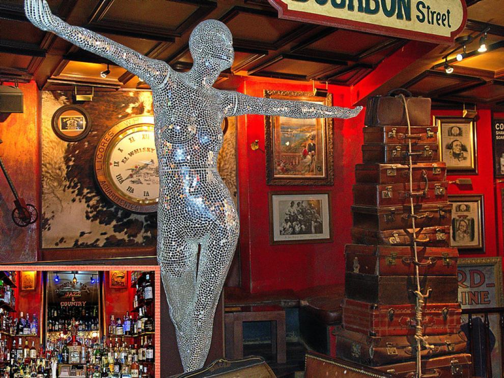 En la decoración del Whisky Viejo hay incluso sitio para el arte. En la foto pequeña, detalle de la barra