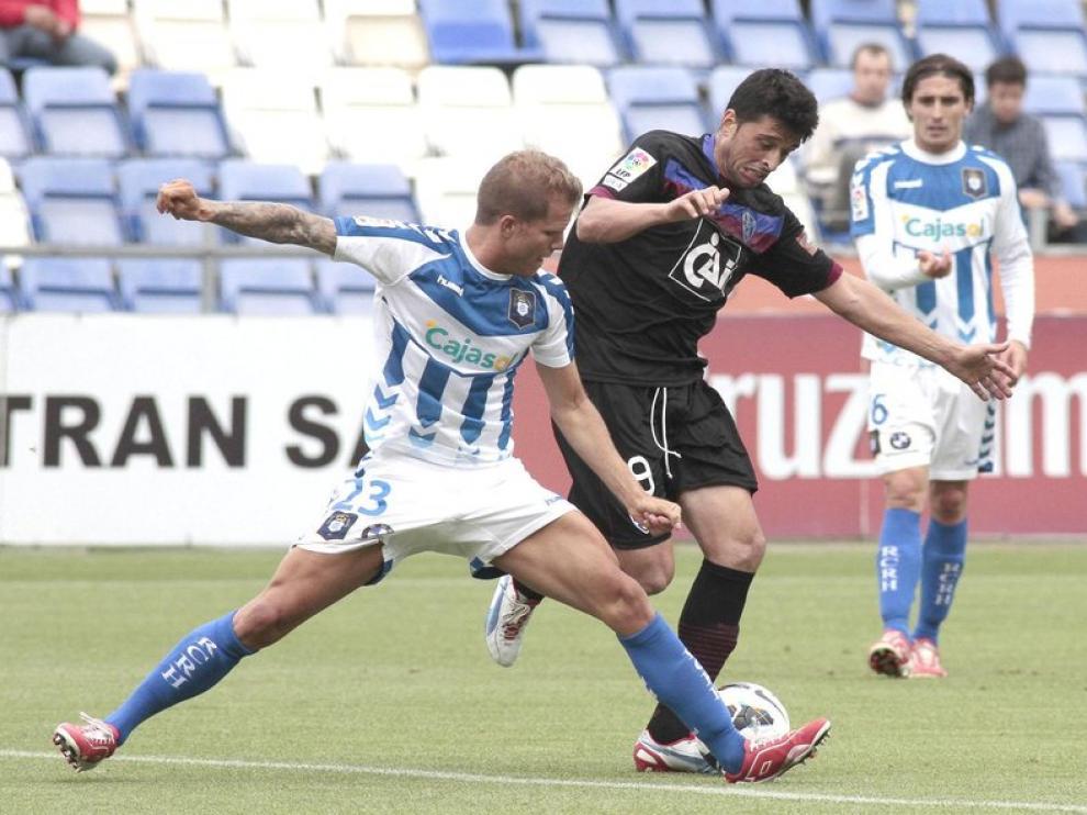 Un momento del partido entre el Huesca y el Recre