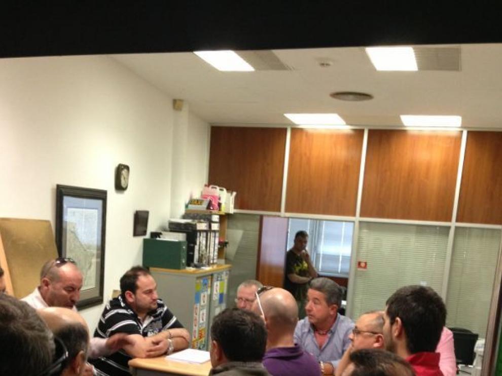 Un momento de la reunión que han mantenido en la cooperativa