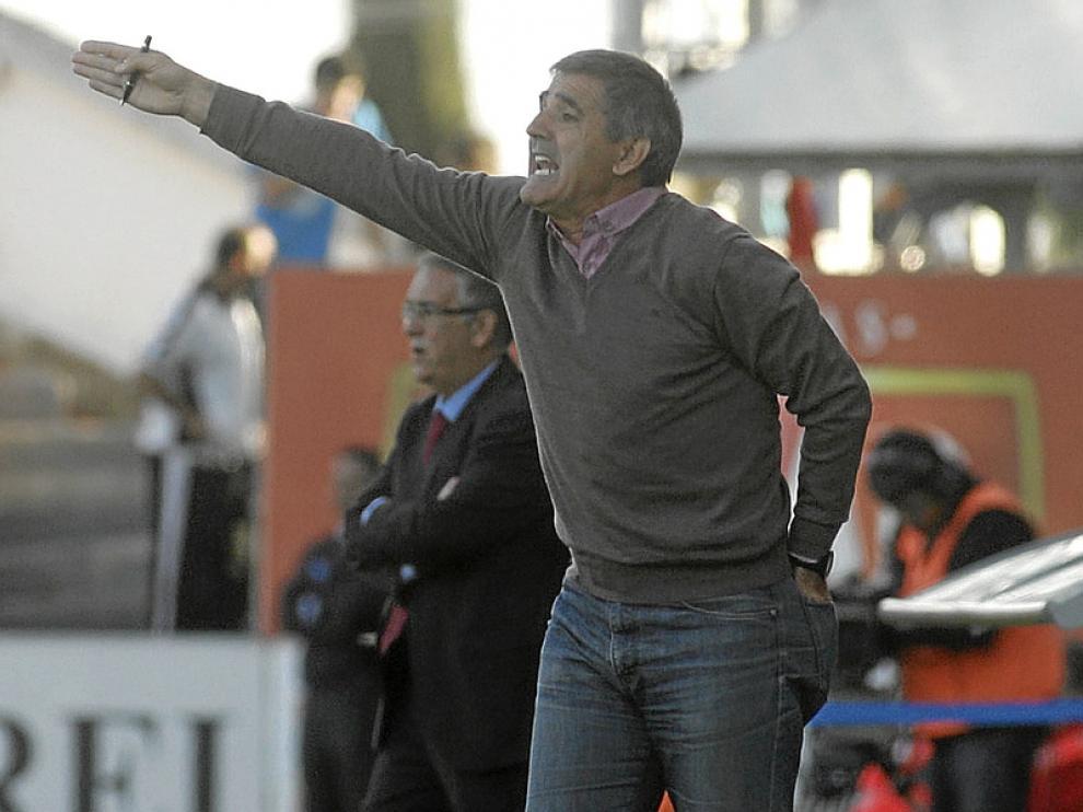 Paco Herrera da indicaciones a los jugadores del Celta, en El Alcoraz, hace dos temporadas