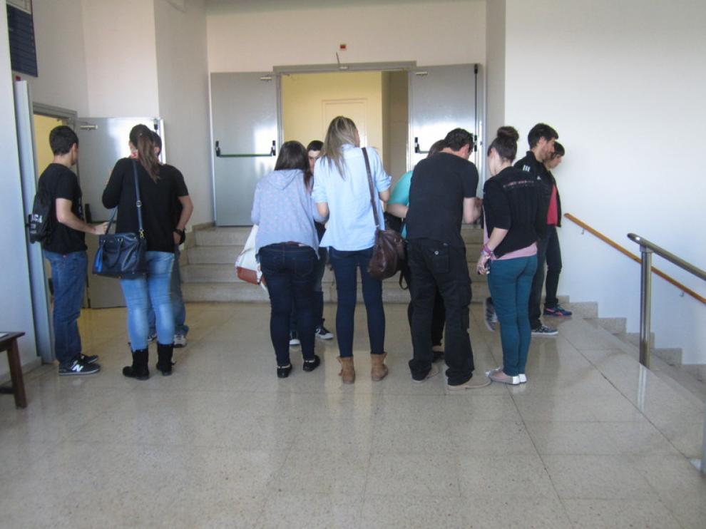 Los estudiantes consultan las dudas tras el examen