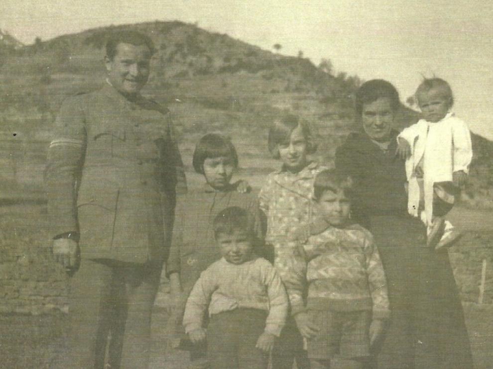 Juan Gisbert y Josefa Mur con cinco de sus hijos