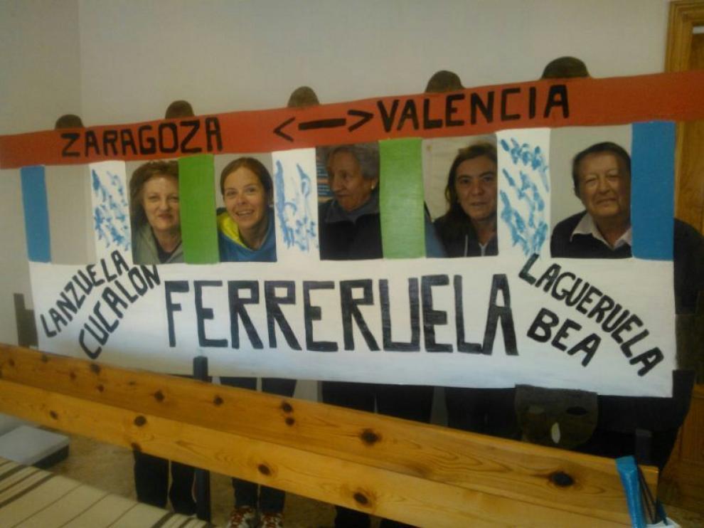 Vecinos de Ferreruela con su vagón