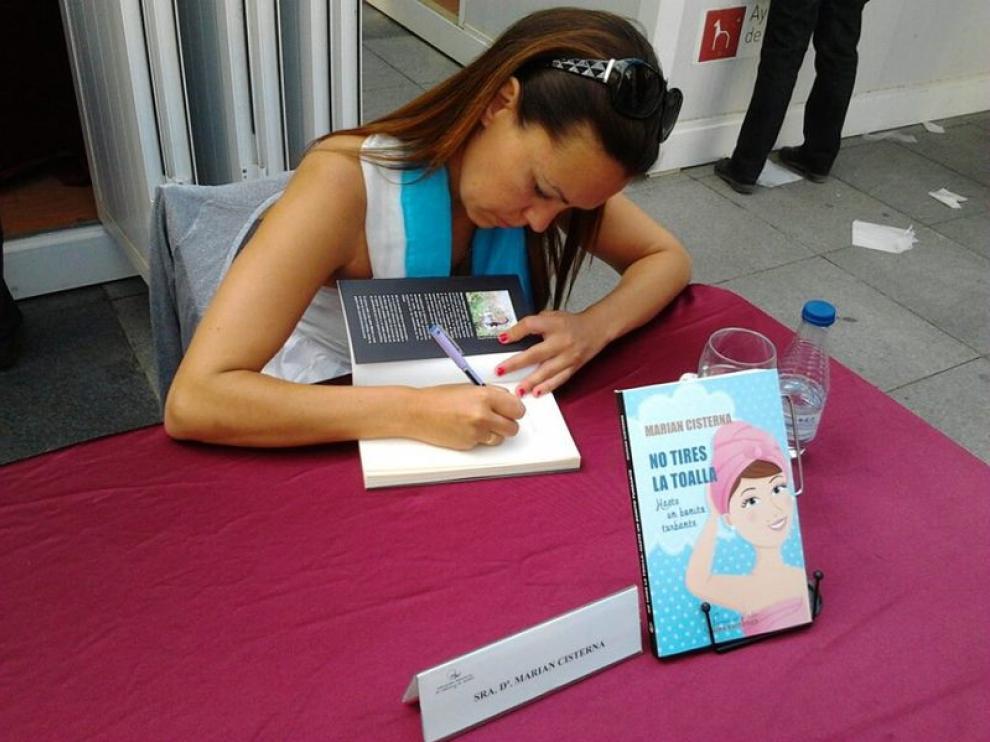 Marian Cisterna, firmando libros