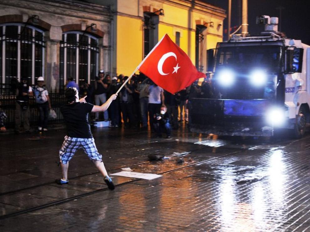 El centro de Estambul vive violentos enfrentamientos entre manifestantes y policías