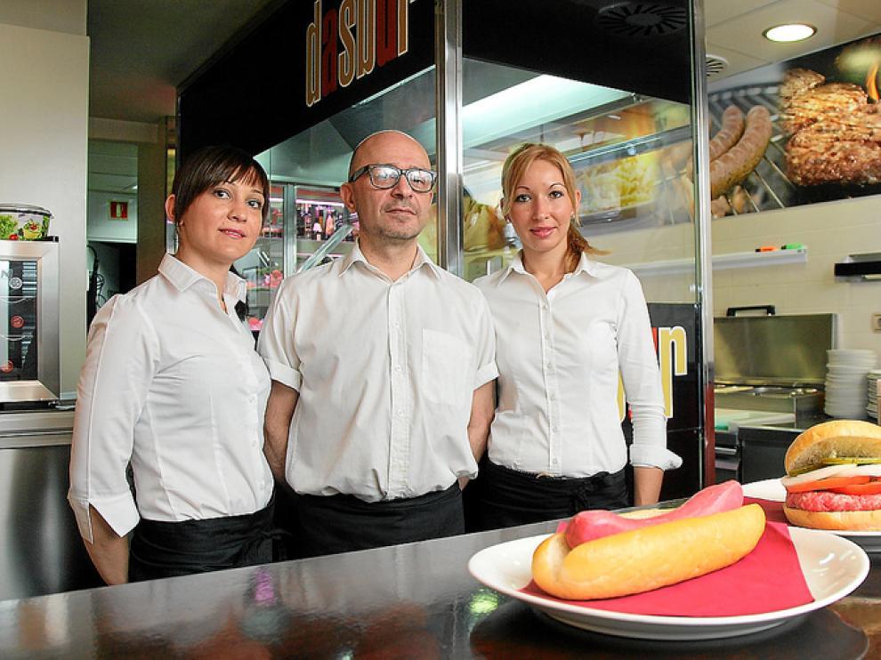 Janina Galati, Fernando Frade y Luminita Bozieru atienden a los clientes en el Dasbur
