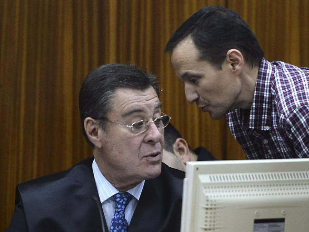 Bretón habla con su abogado en el juicio