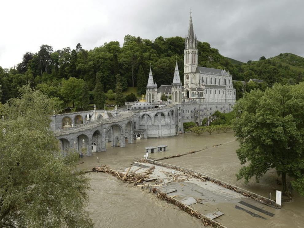 El santuario mariano de Lourdes en Francia inundado