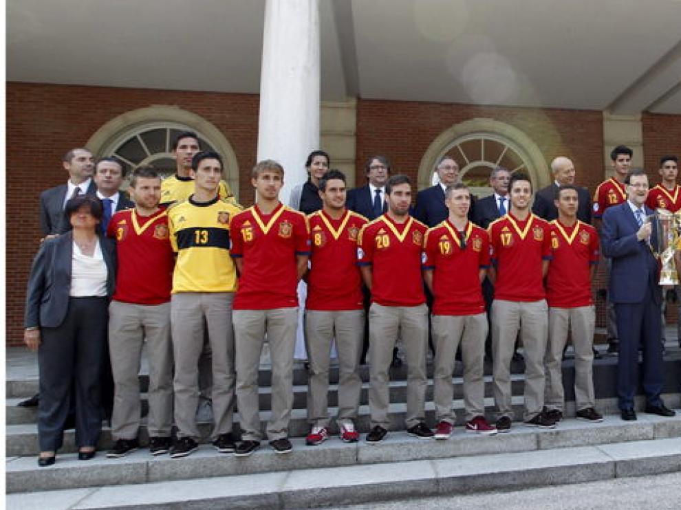 Rajoy posa en las escaleras de la Moncloa con el equipo sub-21