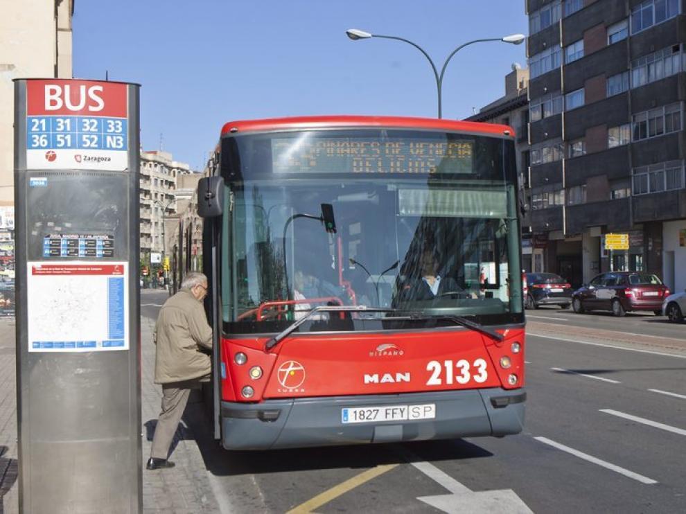 Imagen de archivo de un autobús en Zaragoza