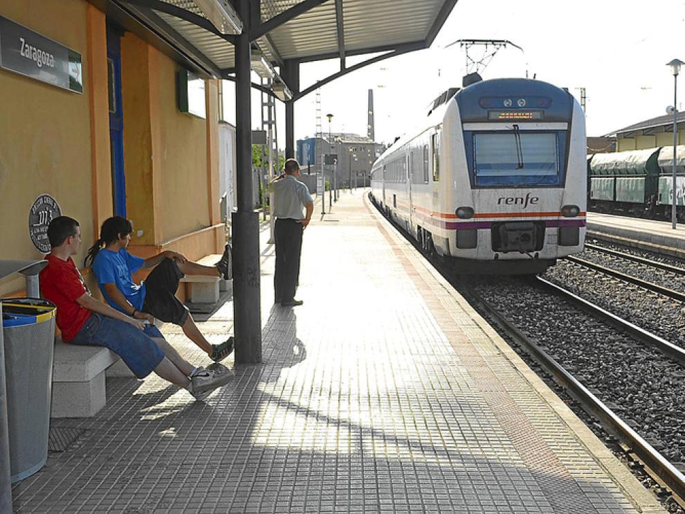 Un tren Lérida Zaragoza, en la estación de monzón