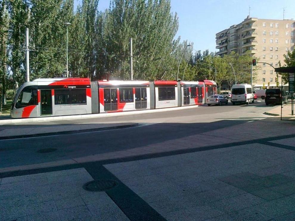 El tranvía parado en la calle María Zambrano.