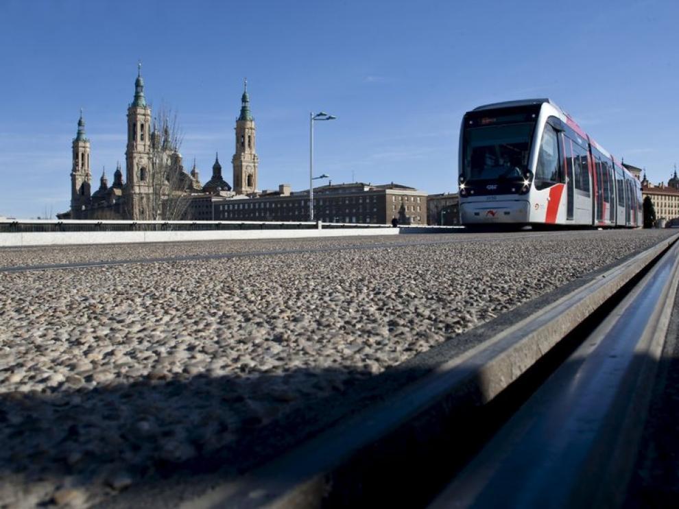 Imagen de archivo del tranvía en el puente de Santiago