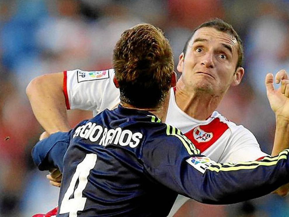 Delibasic, frente a Sergio Ramos, en un partido de pasada campaña