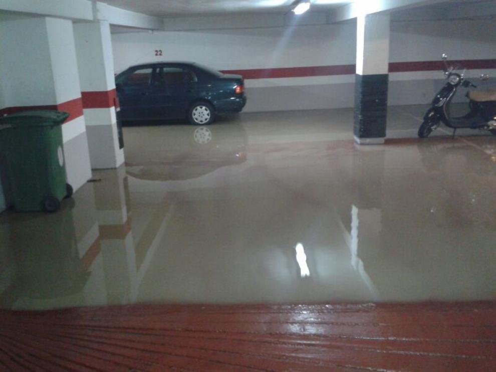 El agua llegó hasta el garaje del edificio.