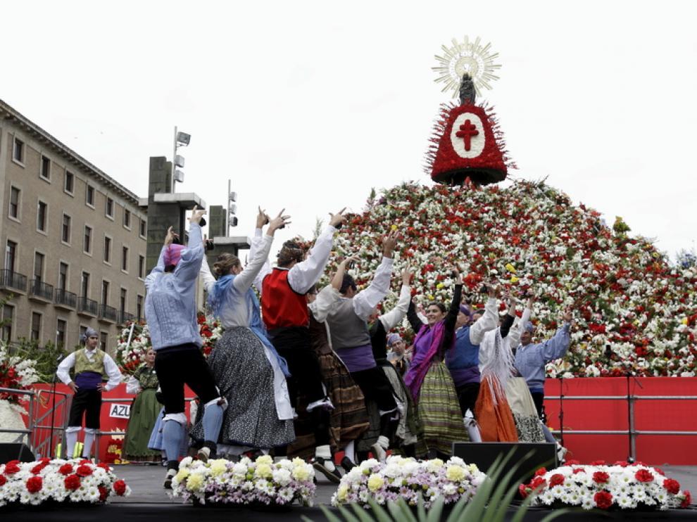 Ofrenda de 2012, con el manto rojo