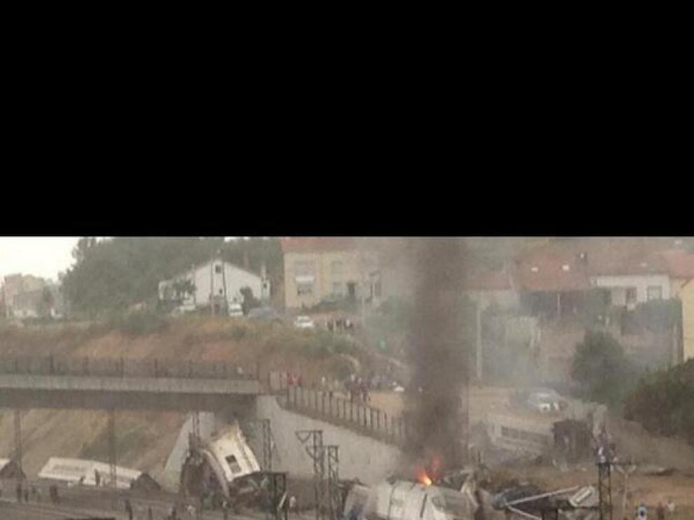 Imagen del tren descarrilado.